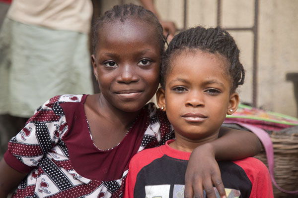 Foto van Nigeria (Posing for a picture at Oyingbo market: two Nigerian girls)