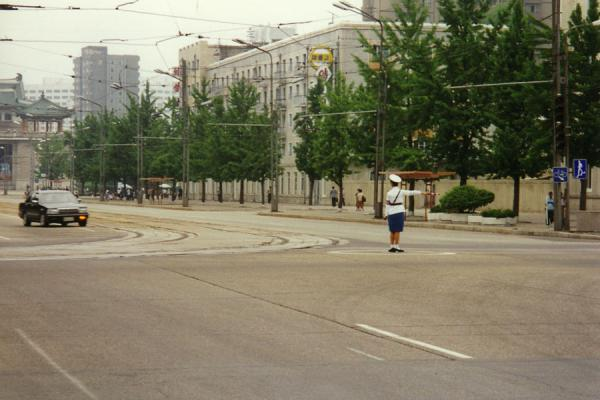 Photo de Corée du Nord (Pyongyang street life: directing traffic at one of the intersections of the city)