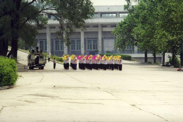 Foto de North Korean kids rehearsing for a parade in PyongyangVida callejera de Corea del Norte - Corea del Norte