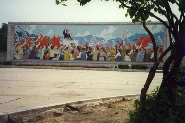 Foto de One of the many colourful murals addressed at the population of PyongyangVida callejera de Corea del Norte - Corea del Norte