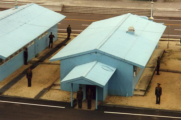 Foto de Formal North Korean guards against the less serious South KoreansPanmunjom Corea del Nord - Corea del Norte