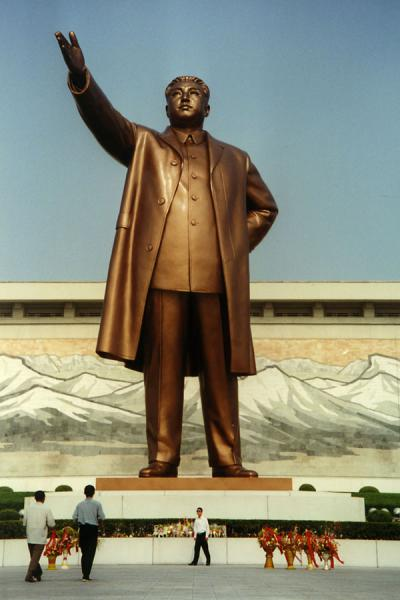 Picture of Enormous bronze statue of Kim Il Sung in Pyongyang