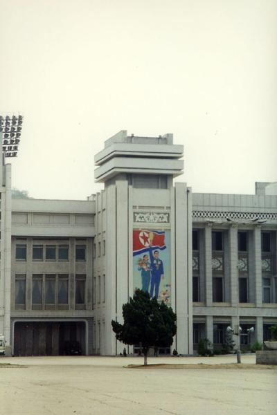 Foto de Modern building with tall advertisement with a message for North KoreansMonumentos de Corea del Nord - Corea del Norte