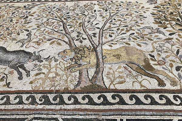 Foto van Lion hunting deer depicted in the mosaics of Heraclea LyncestisBitola - Noord-Macedonië