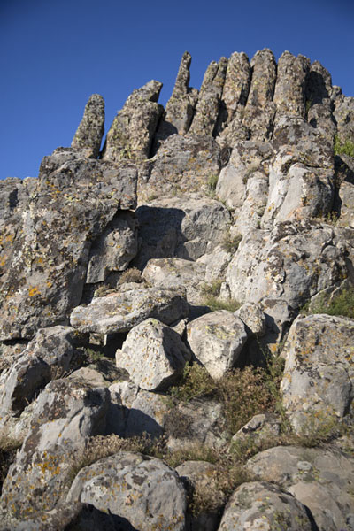 Foto van The cuts in the rock at Kokino are clearly visible from here, and align with positions of celestial bodies on important datesKokino - Noord-Macedonië