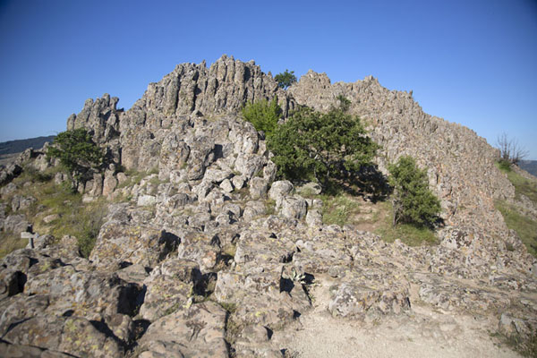 Foto van View of the summit of Kokino with the cuts in the rocks visible at the topKokino - Noord-Macedonië
