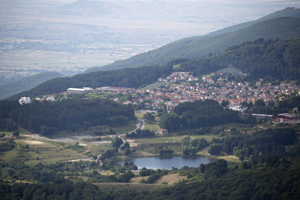 Foto van View of Kruševo from atop Vrsnik mountainKruševo - Noord-Macedonië