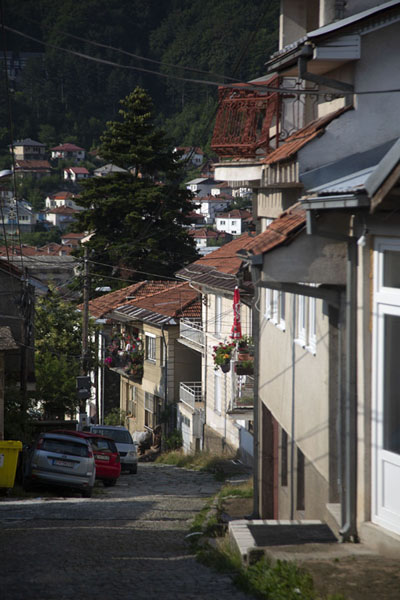 Photo de One of the many inclining streets of KruševoKruševo - Macédoine du Nord