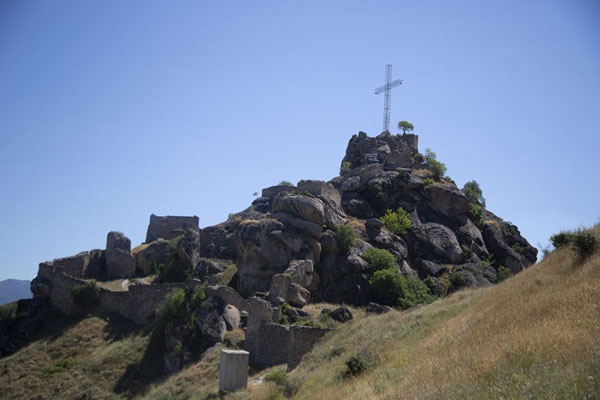 Foto van View of the top of the hill with large cross dominating Marko's towersPrilep - Noord-Macedonië