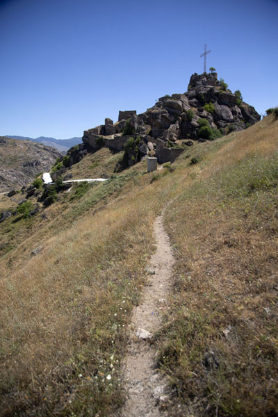 Foto van Trail running towards the top of the hillPrilep - Noord-Macedonië