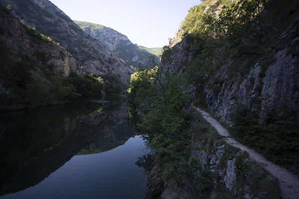 Matka canyon in the early morning with trail and water | Canyon di Matka | Macedonia del Nord