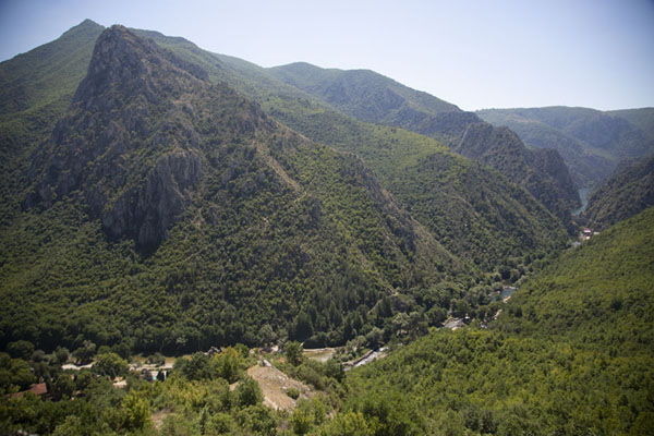 Foto de Macedonia del Norte (View from above over Matka canyon from the northern entrance)