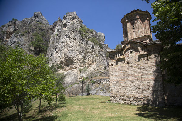 Foto van Saint Nicholas church, high above Matka canyonMatka - Noord-Macedonië
