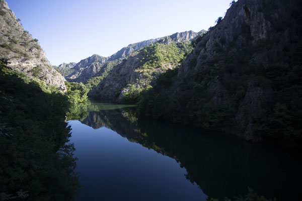Foto van Matka lake in the eponymous canyon on a quiet morningMatka - Noord-Macedonië