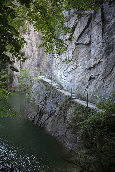 Foto van View of the trail cut along the banks of Matka canyonMatka - Noord-Macedonië