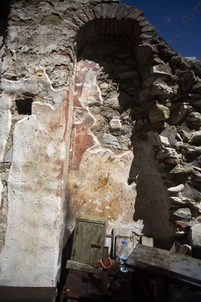Photo de Frescoes in the ruins of Saint Nedela church, above Matka canyonMatka - Macédoine du Nord