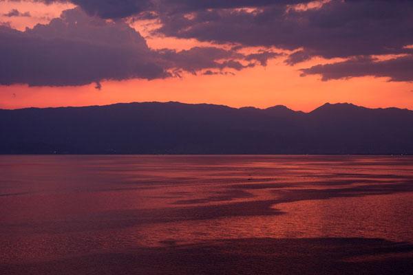 Foto van Noord-Macedonië (Sky ablaze at sunset over Lake Ohrid)