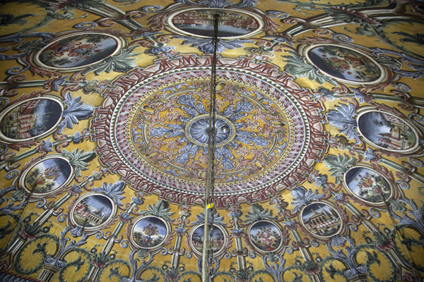 Foto van Close-up of the colourful ceiling of the painted mosque of TetovoTetovo - Noord-Macedonië