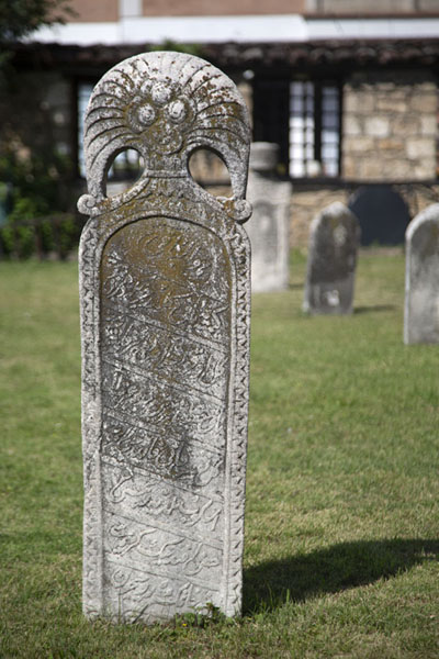 Tombstones on the lawn of the mosque | Mezquita pintada  | Macedonia del Norte