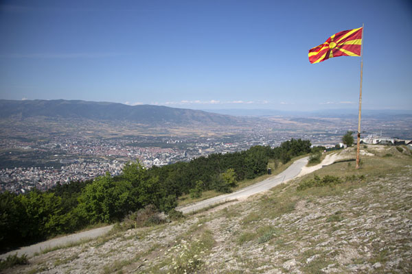 Foto van View over the city of Skopje with the North Macedonian flag from near the Millennium CrossSkopje Millenniumkruis - Noord-Macedonië
