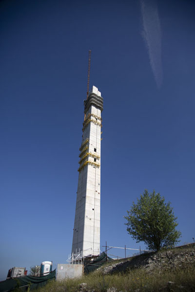 Foto de Looking up the big tower under constructionCruz del Milenio de Skopie - Macedonia del Norte