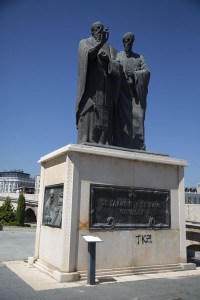 Statue honouring Saint Clement, the first bishop of Ohrid, and Naum, who translated the Scriptures into Slavonic | Skopje standbeelden | Noord-Macedonië