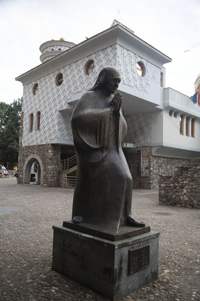 Mother Theresa statue in front of her memorial house | Skopje standbeelden | Noord-Macedonië