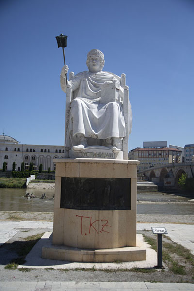 Foto de Statue of Roman emperor Justinian on the banks of the Vardar river in Skopje - Macedonia del Norte - Europa