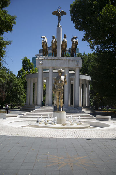 Foto van The monument of the Woman Warrior, rising high above four horses and a golden statueSkopje standbeelden - Noord-Macedonië