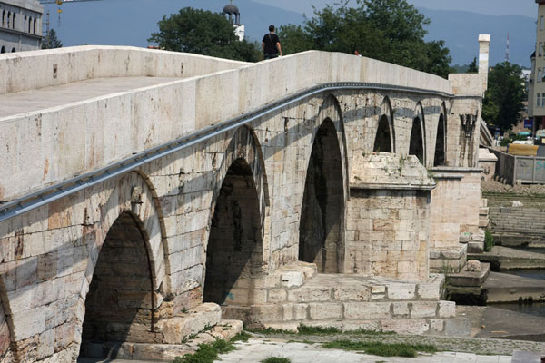 Foto van The Stone Bridge spanning the Vardar riverSkopje - Noord-Macedonië