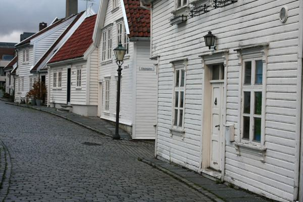 Foto di White wooden houses can be found everywhere in Old StavangerStavanger - Norvegia