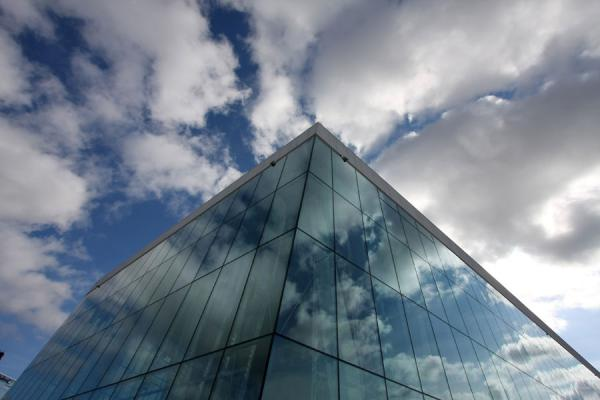 Cloudy sky reflected in the glass of the Opera House | Opéra d\'Oslo | la Norvège