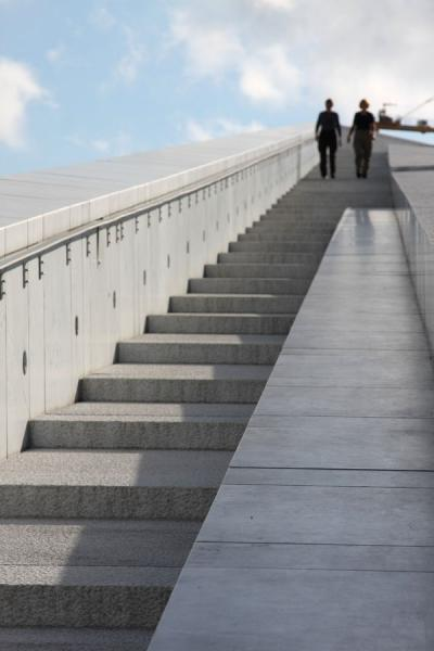 Walking down the Oslo Opera House | Opéra d\'Oslo | la Norvège