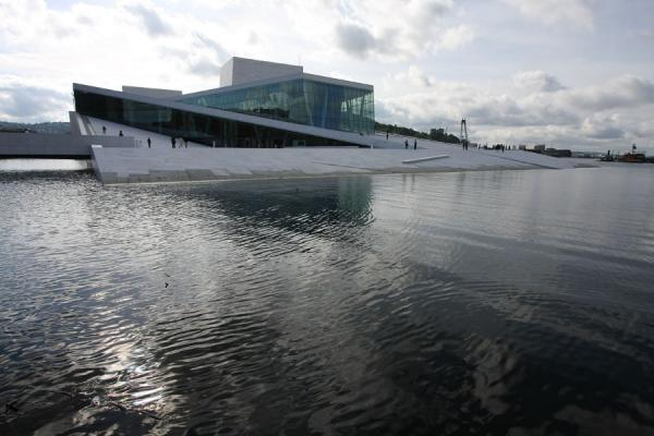Foto van The Oslo Opera House seems to be washed ashore - Noorwegen - Europa