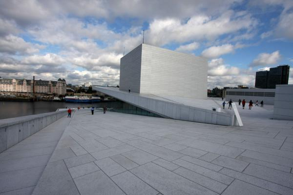 Photo de The Oslo Opera House is designed to be walked overOslo - la Norvège