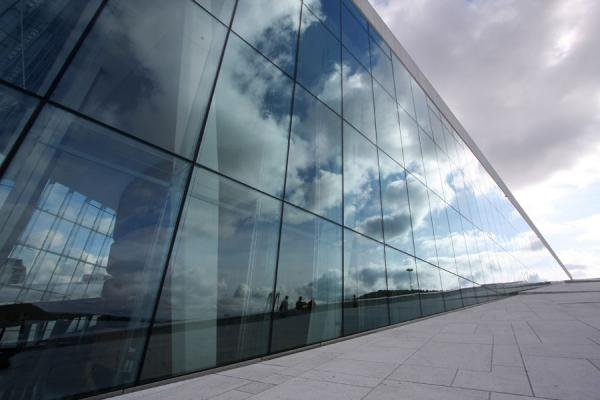 Foto van Noorwegen (Side view of the Oslo Opera House: clouds reflected into the glass wall)