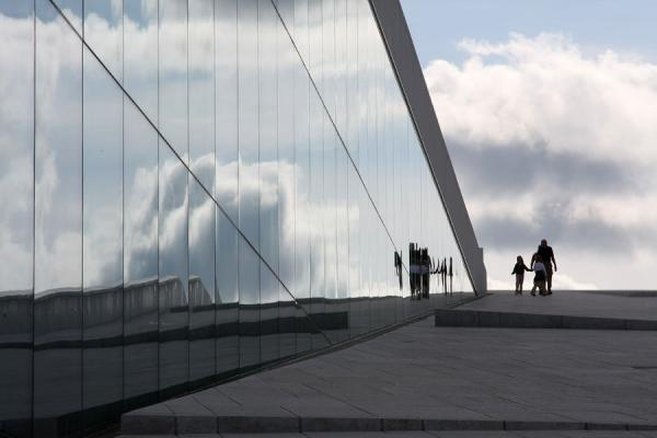 Family walking down a slope of the Oslo Opera House | Oslo Opera | Noorwegen