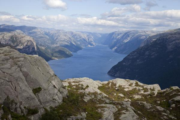 Looking deep into Lysefjord from the top of Preikestolen | Preikestolen (Roca púlpito) | Noruega