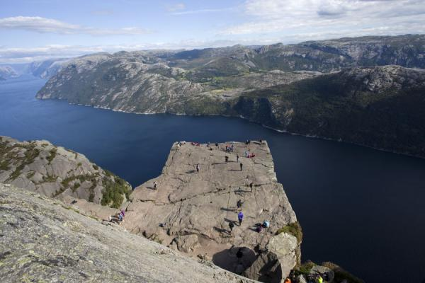 The rocky platform of Preikestolen seen from above with the deep blue waters of the Lysefjord behind | Preikestolen (Roca púlpito) | Noruega