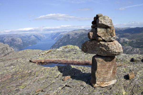 Stones on a ridge above Preikestolen with Lysefjord in a distance | Preikestolen (Roca púlpito) | Noruega