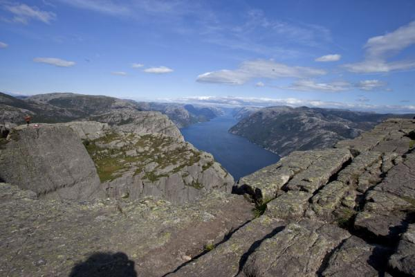 Looking deep into Lysefjord from the rocky plateau of Pulpit Rock | Preikestolen (Roca púlpito) | Noruega