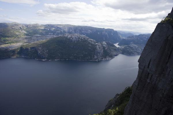 Quiet waters of Lysefjord seen from Preikestolen | Preikestolen (Roca púlpito) | Noruega