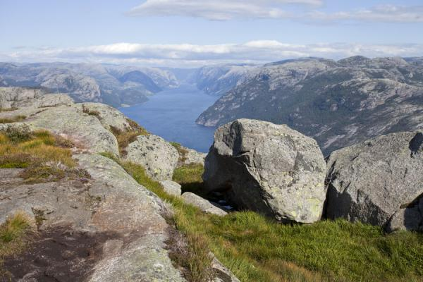 Boulders and vegetation above Preikestolen with a view of Lysefjord below | Preikestolen (Roca púlpito) | Noruega