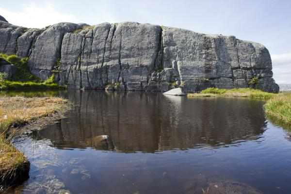 Small pond with rocky cliff reflected, above Preikestolen | Preikestolen (Roca púlpito) | Noruega