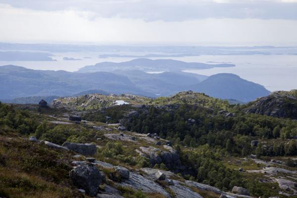 Foto de View towards the archipelago near Stavanger from a mountain near PreikestolenPreikestolen (Roca púlpito) - Noruega