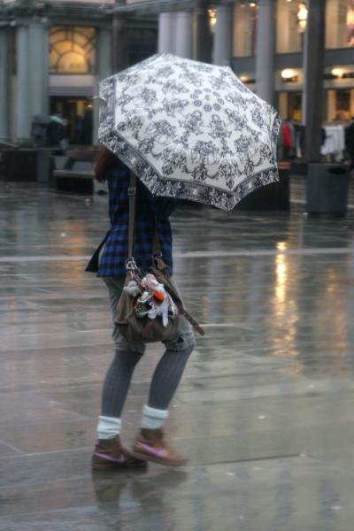 Foto di Girl defying the rains in BergenBergen - Norvegia