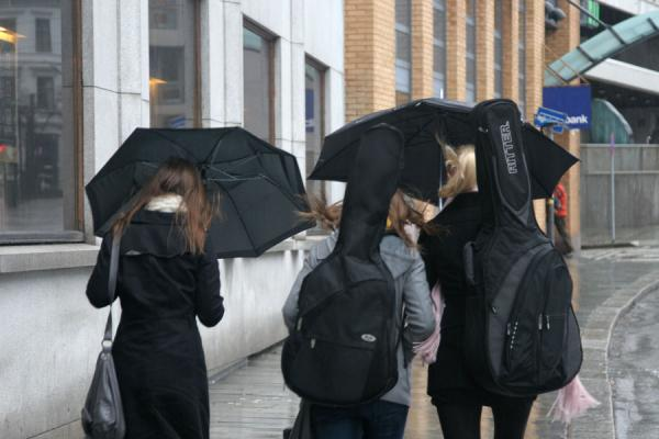 Foto di Norvegia (Girls trying to stay dry and to protect their instruments from the climate)