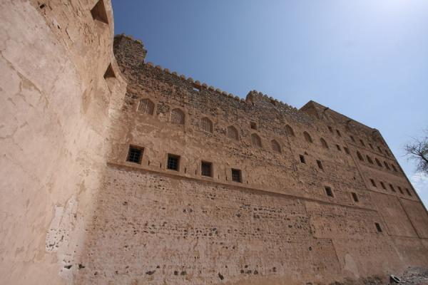 Picture of Jabrin Castle (Oman): Looking at a wall of Jabrin Castle