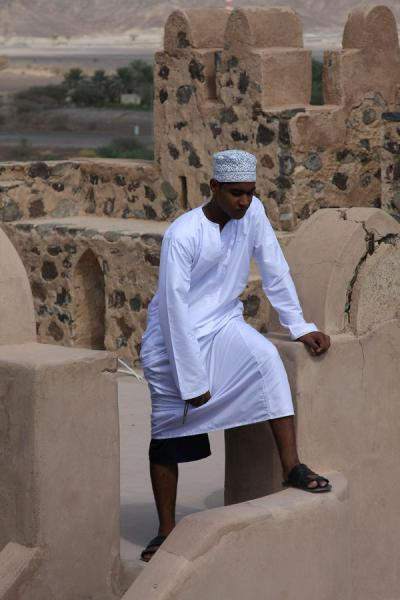 Picture of Jabrin Castle (Oman): Omani visitor enjoying the view from Jabrin Castle