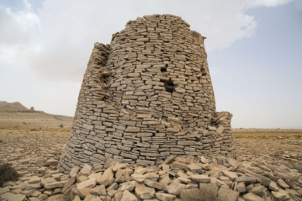 Foto van One of the partly collapsed beehive tombs, showing the double wallJaylah - Oman